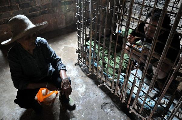 江西省瑞昌市南阳乡的一位母亲因精神病儿子打死小孩,将其锁在铁笼11年