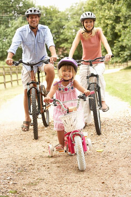 让孩子注意交通安全,父母在孩子面前要做好表率