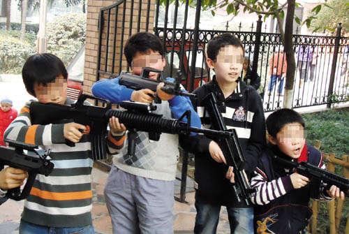 """资料图:一群小孩拿着仿真枪在""""枪战"""""""