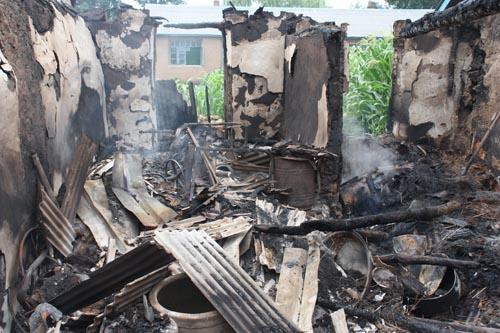 房屋遭受雷击后,由于没有防雷设备,起火。