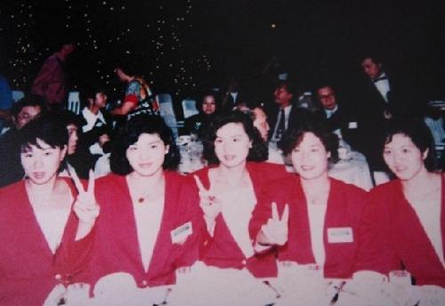 """庄泳、钱红、林莉、杨文意和王晓红""""五朵金花""""创造了中国泳军的辉煌"""