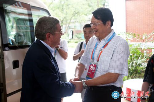 去年8月,巴赫在南京体院观看青奥网球决赛,与张雄握手