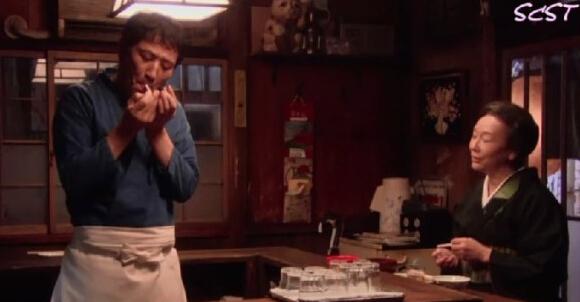 日本电视剧《深夜食堂》中,经营一家居酒屋的主人公正在点烟