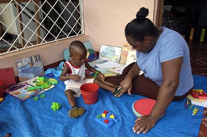 牙买加的早期教育补偿计划,养护人与孩子的互动对于孩子的语言、认知能力发展很重要