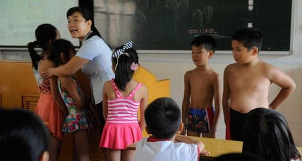 一位老师正在给学生上防性侵课