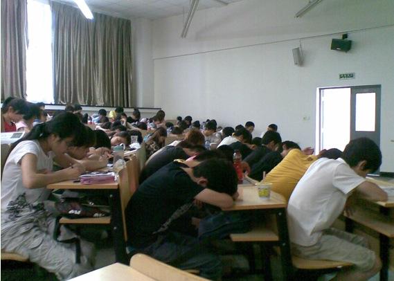 中国的大学课堂上常常睡倒一片