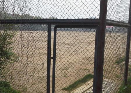 中国足校部分球场已经荒废,铁门紧锁