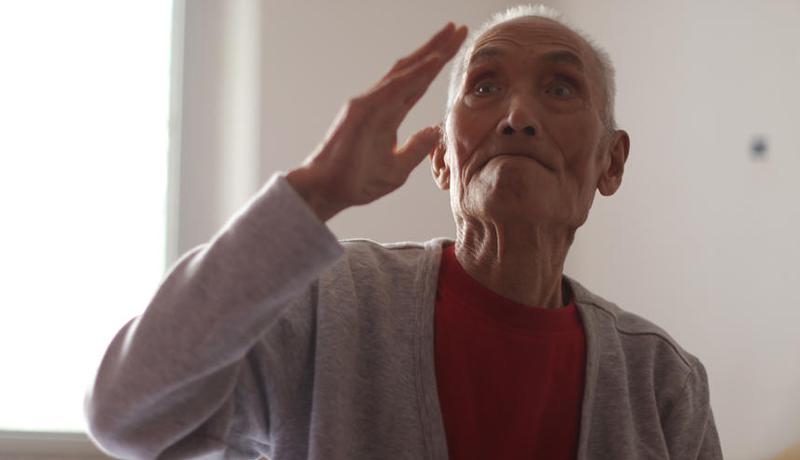 抗战老兵张彦祺离世前的最后一次敬礼(摄影/王野)