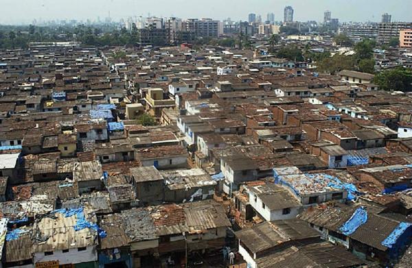 印度都市中高楼旁就是大片的贫民窟