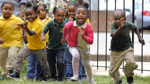 """美国黑人贫民聚集区的孩子,他们也很难进行""""垂直流动"""",改变自身所处的阶层"""