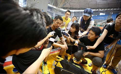 林丹不仅被粉丝包围,还被媒体团团围住