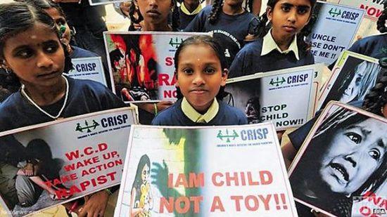 儿童遭性侵案件在各国均有发生,图为印度儿童举行抗议活动抗议