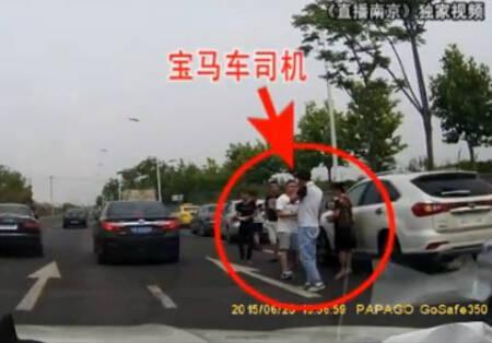 肇事的宝马司机第一时间走出车子,离开现场