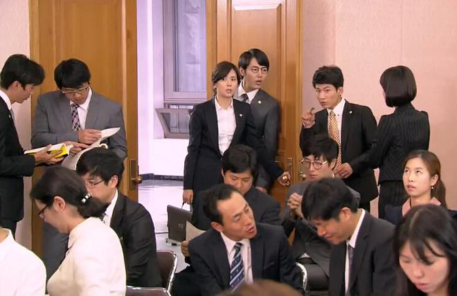 韩国人对公务员饭碗的追求和中国很相似,图为电视剧《听见你的声音》里的国选专职律师(即公设辩护人)选拔场景