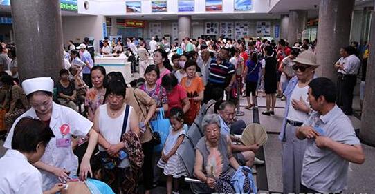 """今年头伏首日,在郑州某医院也有不少人排队贴""""三伏贴"""""""