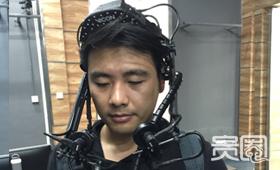 记者试戴的面部表情捕捉设备价值300万