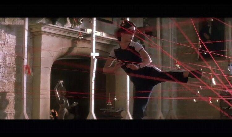 影片《偷天陷阱》中女主角正在练习如何穿过红外线防盗网