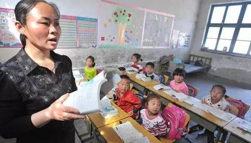 无私奉献,甘愿留下给孩子上课,是她被树立的身份象征
