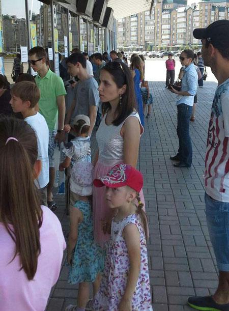 在喀山等着观看男子花游的观众并不少