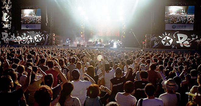韩国在夏季顺应休假潮组织不少休闲娱乐活动,图为一个超大型的国际摇滚音乐节