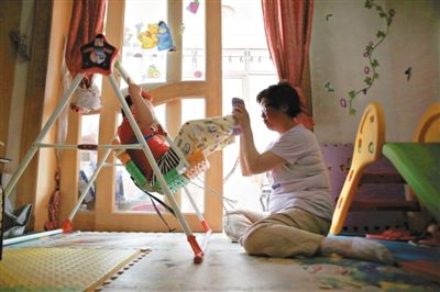于军正在陪女儿悦悦玩耍。4岁的悦悦,因为没有爸爸的信息而始终上不了户口