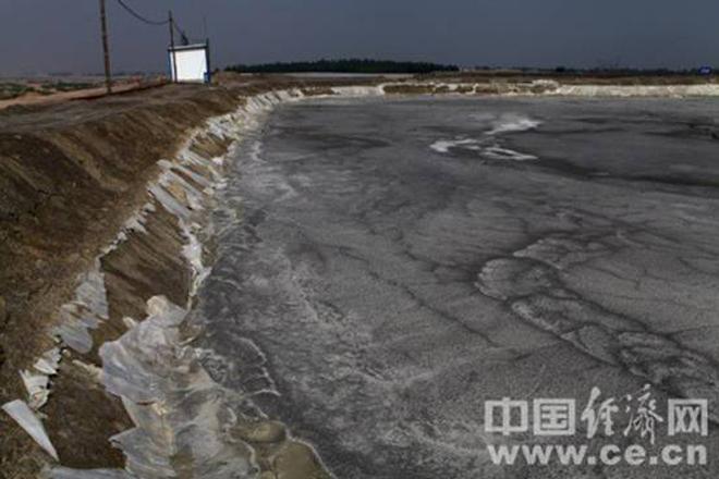 马鞍桥矿业的尾矿堆里,防渗透的塑料膜垫已经破损不堪