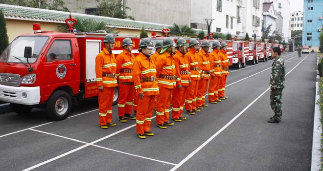 某政府专职消防队在进行训练