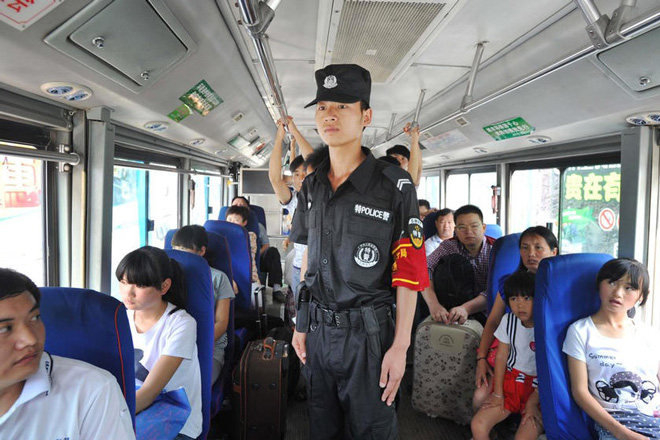 贵阳辅警在公交车上执勤