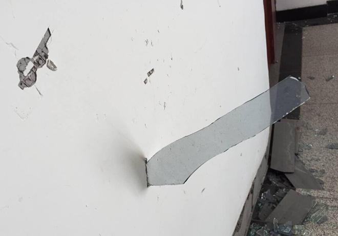 爆炸结束后,小区楼道内随处可见插入墙壁的玻璃