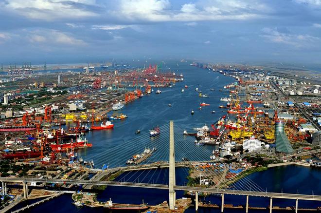 """天津港名义上是市管国企,但有着央企的威风,与多年的""""双重管理""""有很大关系"""