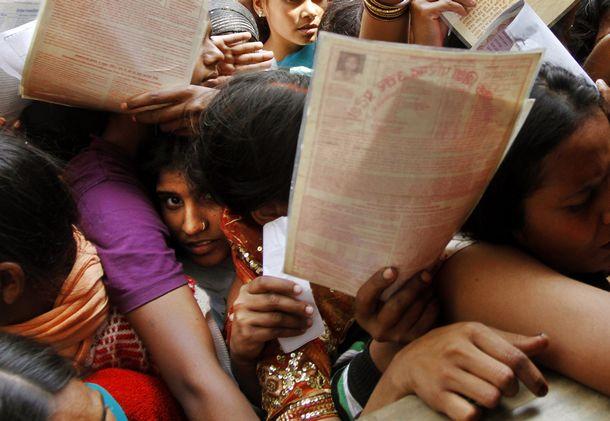 印度城市中,失业的人们排队等待递交申请书。