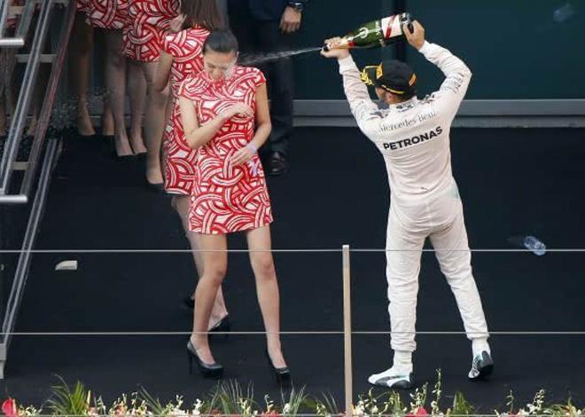 汉密尔顿对着中国礼仪小姐喷洒香槟之举曾引发巨大争议