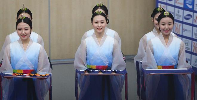 韩国仁川亚运会是少有的大打美女牌的综合赛事,礼仪志愿者都来自职业学院,身着传统服饰的美女喧宾夺主
