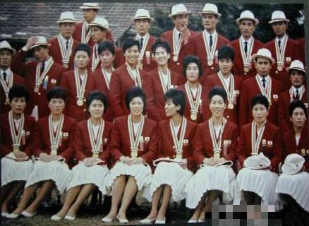 1964年日本女排合影(前两排不戴帽子的)