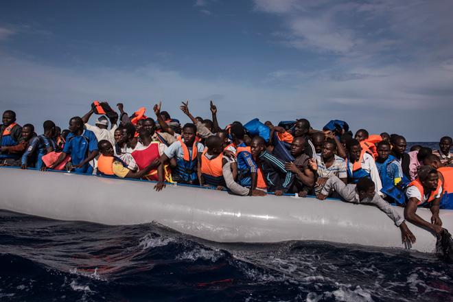美国消灭了卡扎菲,但利比亚仍然战乱不休,这是去往意大利的难民在地中海上