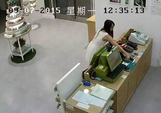 在摄像头下白衣女子明目张胆盗窃手机