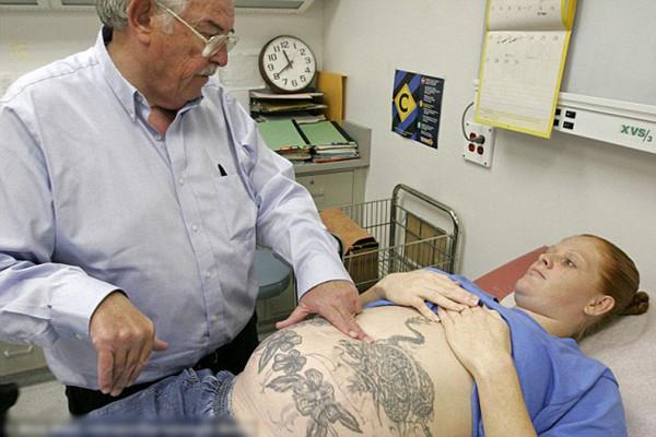位于美国加利福尼亚州乔奇拉市的山谷州立女子监狱每年都有约340名婴儿降生,图为孕妇在孕检
