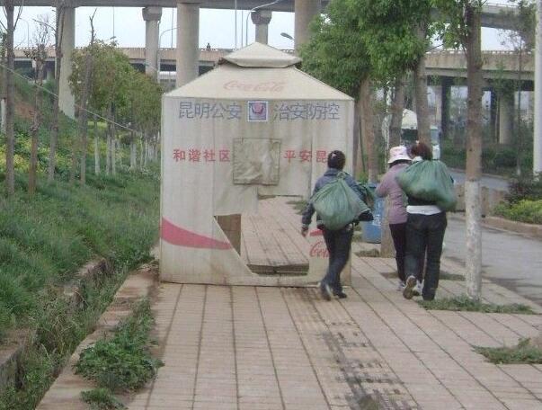 立交桥下的盲道,毫无铺设必要