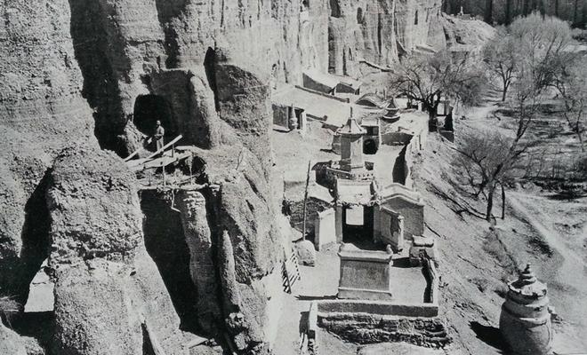 甘肃榆林窟外景,1943年。罗寄梅摄。图中左侧桥上站立者为张大千