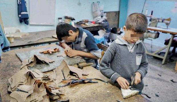 """叙利亚难民并非""""好吃懒做""""。图为在土耳其的叙利亚难民儿童,正在艰难的环境中工作。"""