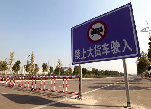 按照规定,大货车是禁入主城区的。但在很多城市,人们依然常见各种大货车在城内飞驰