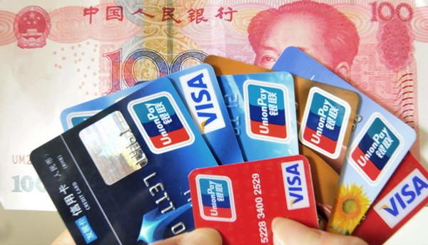 警方直接向卓某索取银行卡和密码划扣存款违规违法