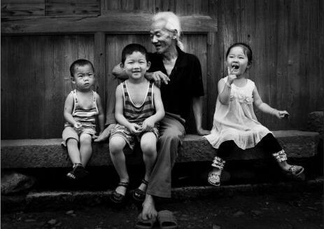 老人来承担很大一部分抚育孩子的责任,很多时候也会成为婆媳矛盾滋生的缘由