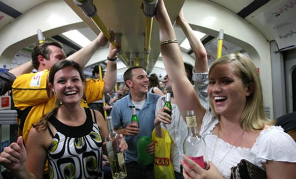 """2008年,伦敦市民在公交系统禁酒令实施前的""""最后体验"""""""