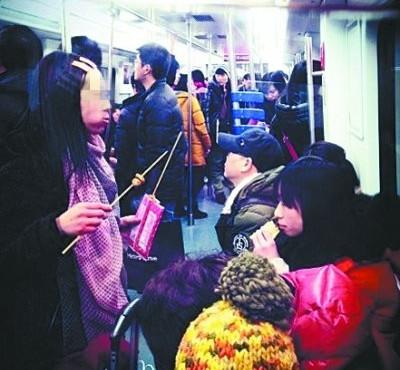 武汉地铁内吃东西的乘客