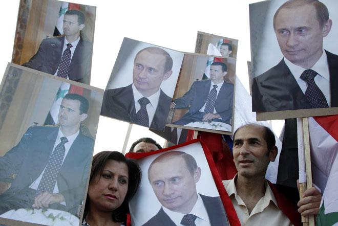 叙利亚政府军支持者高举普京和阿萨德头像