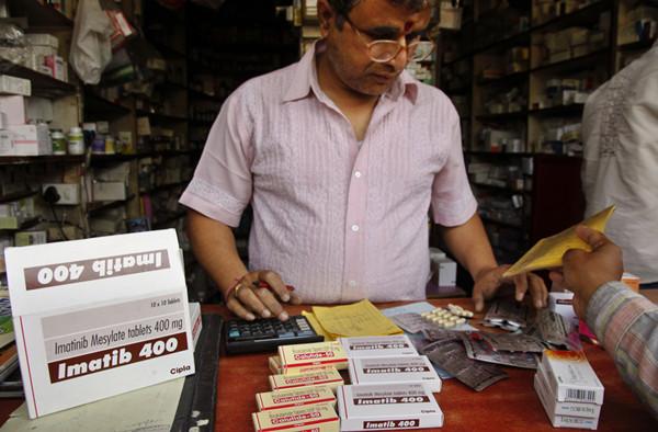 印度的仿制药业非常发达,图为印度店主正在销售仿制抗癌药
