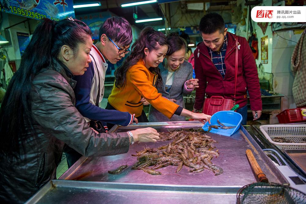 1519 2015年10月10日傍晚,青岛营口路旁的水产市场里,从石家庄来的几