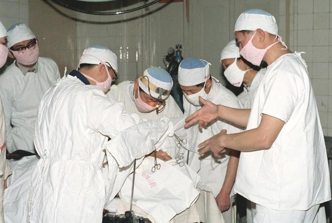 """钱学森所谓的""""科学家头脑里的幻想"""":1987年4月7日,上海中医药研究院向准备手术的病人发送气功""""外气"""",进行气功麻醉。钱学森曾致信""""507所"""",要他们认真研究""""外气""""。"""