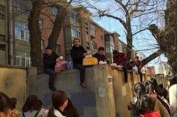 黑龙江中医药大学禁止外卖后,外送人员爬墙送餐